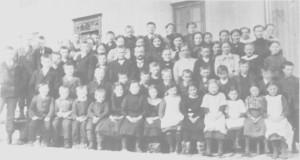 Skolebarn på /is skole, ea. 1912. I midten lærer Bardo Rolseth.