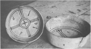 Samiske osteformer for reins-ost. De er skåret ut av bjørk. Den største forma til høgre har en diameter på 27-30 cm. Osteformene tilhører Bygdemuséet i Tydal.