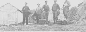 I 1930-åra ble det tvist om hvem som hadde rett til å fiske i Essandsjøen og ha hytter i området. Saka gikk helt til Høgsterett. Bildet er tatt ved Kløftbekken og viser Ole Eriksen Rotvold, Anders Aune, Tomas L. Henmo og to skjønnsmenn.