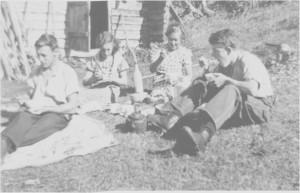 Matpause i markaslåtten utafor «Kjørkvollsbua» i Nordmolia først på 1940-tallet. Fra venstre Per Kirkvold, Maja Kirkvold, Marit Slind fra Selbu og Hans Kirkvold.