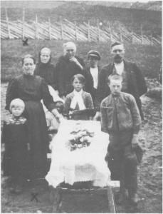 Berit Taraldsdatter og Tomas Ingebrigtsen Rønning gifta seg i 1892 og fikk samme året sønnen Ingebrigt. Han døde i januar 1921, og i februar samme år fikk Berit sitt 15. barn. Men bare 10 av dem levde i 1921. Berit sjøl døde knapt én måned etter at siste barnet kom til verden. Tomas ble derimot en gammel mann. Han døde i 1955, 87 år gammel. På bildet sørger familien over tapet av sjuåringen Borghild i 1915. Fra venstre og bakover: Tina Rønning g. Ås, Berit Rønning, Elen Gjertine Nyland, Agnes Bergehaug, Peder Rønning og Tomas Rønning. Barna bak kista er fra venstre Petter eller Rolv, Kjerstina og Torvald.