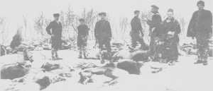 Slakting av rein ved Fjellheim. Fra venstre Ole Auneaker (Stott-Ola), ukjent, Lars Ringdal, Per O. Stugudal, lappelensmann Johannes Lunden, Sara og Anders Paulsen.