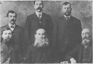 Mennene var i flertall blant emigrantene. På bildet ser vi bakerst fra venstre Lars Åsgård (emigr. 1888), Henning Rotvold (emigr. 1889) og Josef Svelmo (emigr. 1883). Foran fra venstre Ingebrigt Åsgård (emigr. 1883), Erik Henningsen Rotvold (emigr. 1911) og Svend Jonsen Østby (Smed-Svend, emigr. 1869). Erik Rotvold var født i 1833 og var den eldste fra Tydal som dro til Amerika. 9 av de 14 barna hans som vokste opp, emigrerte også. Bildet er tatt i Amerika, trulig i begynnelsen av 1900-tallet da Erik Rotvold var på besøk til barna sine.