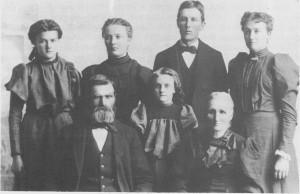 Jens Jonsen fra husmannsplassen Petersbakken i Hilmo utvandra til Amerika i 1869. Han ble der gift med Guri Jonsdatter Nyhagen som hadde fulgt med familien sin over havet to år før. Senere kom flere av brørne til Jens over til Amerika, og de grunnla et eget nybyggersamfunn som de kalte for «Hilmoe». Bildet er tatt i Sør- Dakota og viser Guri og Jens sammen med barna sine.