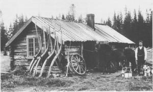 Tomas Larsen Henmo (f. 1885) foran Henmosmia. Han ble bygdas smed og skodde bl.a. hester for bøndene i en årrekke. Smia var opprinnelig bygd av bestefaren hans, Tomas Larsen Henmo, f. 1822, som også var en dyktig smed.