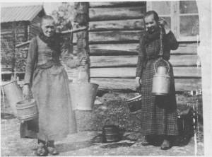 Amtsagronomene roste gardkonene i Tydal for den interessa de viste for husdyr stellet og for deres renslighetssans. Her er Anne Lisbet Hilmo (Kvernmoen) og Anne Elisabet Hilmo (Aunet)på veg til sommerfjøset omkring 1900. Som vi ser, har de fått blikkspann og sinkbøtter i tillegg til mjølkaskene og trebøttene. Det letta renholdet og gjorde det også mulig å avkjøle mjølka mer effektivt.