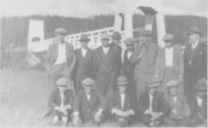 Aune-karene samla ved den nye Henmo-brua som ble bygd i 1926.