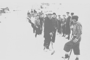 Det hendte air en måtte bruke spade for å gjøre vegene farbare. Her er alle mannfolka med på snømåking i Ås i 1940.