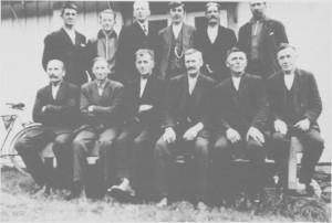 Kommunestyret ved hundre-års jubileet for formannskapslovene i 1937. Foran fra venstre: Bersvend Græsli, Hans O. Græsli, ordfører Iver J. Unsgård, Jon Nilsen, Ole E. Rotvold og Ingebrigt Kirkvold. Bak fra venstre: Albert Græsli, Olaf Aasgård, Karl J. Gullikstad, Olaus L. Aas, Gustav Østbyhaug og Lars Græsli.