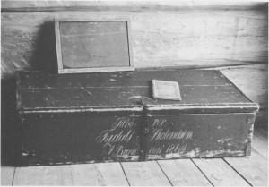 «Tilhører Tydals Skolevæsen. I. Brændaas 1864». Denne skolekista til «Ingebrigtskulin» romma alt av utstyr og bøker som en omgangsskolelærer hadde bruk for. Oppå lokket står en tavle som elevene brukte til å skrive på. Kista med en del skolebøker er oppbevart på bygdemuseet.