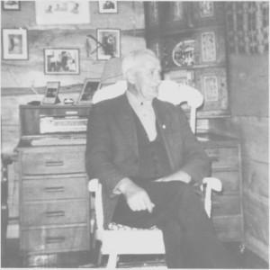 Ordførere i mellomkrigstida. Jon Næsvold 1920—31, Bardo Kr. Rolseth 1932—34, Iver J. Unsgård 1935—37, og Mikal L. Uglam 1938—40. Unsgård er fotografert i gammelstua på Negarden. Han fikk Kongens fortjenstemedalje i gull for sitt allsidige politiske virke.