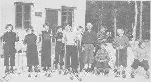 Småskolebarn ved den nye skolestua (Lunheim) i Gresli i 1938. Fra venstre Magli Hilmo, Johanna Margrete Gullikstad, Inger Hilmo, Eldbjørg Myrmo, Per Korsvoll, Magne Korsvoll, Georg Græsli, Sverre Aas, Ola Aas, Olav Græsli, Oddlaug Græsli.