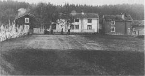 Ingebrigt Brændås bodde på Kirkvoll og holdt omgangsskole i stuebygninga vi ser på bildet. Senere ble stuafastskole for Kirkvoll krets, og her holdt også privatskolen til som foreldra i kretsen drev mellom 1895 og 1903. Bildet er tatt i 1911.