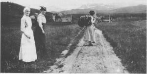 Slik så vegen til Stugudal ut ennå omkring 1920. Bildet er tatt ved Stuguvollen, og det er to turister som er fotografert sammen med sjukesøster Ragnhild Ame (Bakktrø).