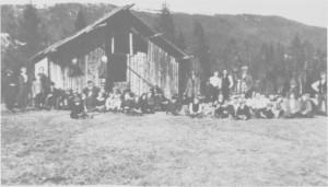 Ol-Anderstrøa var fotballbanen til Gresli fotballklubb. Bildet er tatt i forbindelse med en kamp i 1926, som samla nesten all ungdom i Hilmo og Gresli.