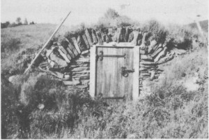 Denne «kvølvkjellar 'n» på Jensgarden i Gresli skal være bygget av Hille Jonsdatter Græsli omkring 1850. Den har vært begynnelsen på kjørebrua til låven og har vært brukt til lagring av ost og mjølk.