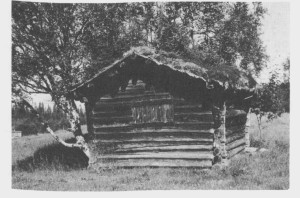 Denne høyløa står igjen på Kirkvoll, men er ikke lenger i bruk til sitt opprinnelige formål. Løa er trulig satt opp i slutten av 1700- tallet. Bildet er tatt i 1987.