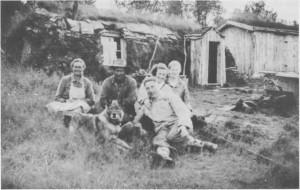 Fiskåvollen (også kalt Pilråa) var heimen til Brita og Anton (til venstre på bildet). De har besøk av Leif Græsli, Ella Minde og Marianne Lien (g. Kirkvold). Bildet er tatt i slutten av 1930-åra. Anton hjalp mange flyktninger under krigen.