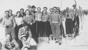 Mye av lagsvirksomheten ble lagt ned, men ungdomslaget Vårfryd hadde iallfall utflukt til Søvollen i 1944. Karene har sikkert heimeavla og dårlig tobakk i pipene, men de fine strikkegenserne kan vi riktig misunne dem.