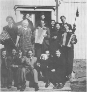 Fredsfeiring i Ol-Andersgarden 9. mai 1945. Sittende fra venstre: Eldbjørg Larsen, Petter Græsli, Leif Græsli, Olav Aas med Solveig på fanget og Olga Aas. 2. rekke: Ola I. Græsli, Sofie Aas, Ola Myrmo, Aslaug Aas og Per Korsvoll. 3. rekke: Halldis Græsli, Ola Aas, Magnhild Græsli og Ola P. Hilmo.