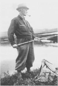 Så fredelig gikk det også an å ha det under okkupasjonen. Når en attåt hadde tobakk i pipa og fikk fisk på kroken, var livet ikke så verst. Her er Kristian Bjørgen på «ångling» i Hattlitjønna i 1942.