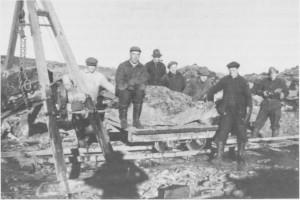 Arbeidslag laster stein med stubb-bryter ved Esna-anlegget like etter krigen. Fra venstre: Iver Åsberg, Sigurd Bakken (Meråker), Kåre Østby, Mikal Berg (Selbu), Johan Løkaunet (bosted ukjent), Tobias Veehe (Stjørdal) og Peder Kalian (Selbu).