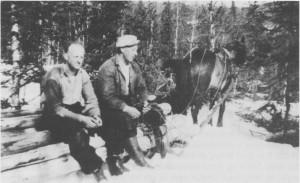 Tømmerhogger Johan Bjørgen og kjører Gustav Hilmo i Thomas Angells skoger ved Hilmo-brua. Bildet er tatt i 1949, og de driver ennå skogsdrift på tradisjonelt vis.