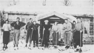 Ungdommer på ski utafor Bjørkly i Stugudal. Fra venstre: Rebekka Lien. Ingvar Jensvold, Jon Jensvold, Ester Græsli, Esten Flaten, Margrete Kåsen, Jon Kåsen, Ole Rotvold og Hilmar Kåsen.