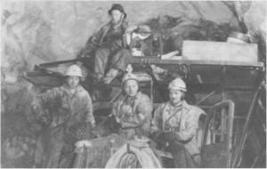 Anleggsarbeidere i tilløpstunnelen ved Nedalsfoss i 1972. Fra venstre Odd Myrmo, Kåre Østby, Tomas Sollien og Arvid Aas.