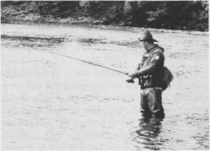 Fiskemulighetene lokker mange til Tydal. Her prøves fiskelykken i Fiskehølen i Tya.