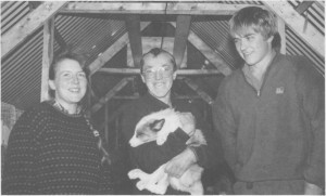 Unge pelsdyropdrettere på Løvøya i 1988. Fra venstre Lada Selboe, Henry Østby og Kolbjørn Aune. (Foto Selbyggen.)