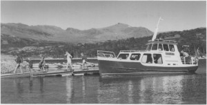 Essand III frakter turister over Essand-Nesjøen og kan leies til ekstra turer.