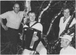 Sentrale aktører under trekkspillfestivalen «Ved Syltoppens fot» i 1989. Fra venstre Tormod Seether, Ole Bjarne Østby, Leif Kåre Kirkvold (bak) og Nils Aasmul. (Foto Selbyggen.)