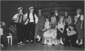 Ungdomsklubben under prøvene på Vidar Sandbeek-kabareten «Mange bekker små» i 1990. (Foto Adresseavisen.)