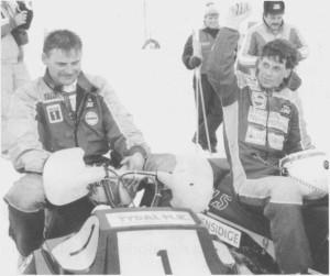 I 1989 ble NM i snøseooterkjøring arrangert på Løvøy- banen i Tydal. Odd Georg Østby haug (til høgre) triumferer over Bjørn Kløften (til venstre). Bjørn hadde tatt heim Kongepokalen året før, og vant påny Raeing-klassen i 1991. (Foto Selbyggen.)