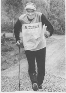Peder Tronsaune kom til Tydal i 1949 som bestyrer, senere el-verkssjef, for Tydal kommunale kraftverk. Han er en ivrig trimmer som ikke har slutta med sportsaktiviteter etter at han ble pensjonist. Sjøl sjukdom har ikke greid å hindre han fra å delta i turrenn på ski og i orienteringsløp. Her er han i gang med o-løp i Haltdalen i 1988. (Foto Arbeidets Rett.)