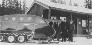 Da snøbilruta ble satt inn på strekninga Ås — Stugudal i 1950. Her er snøbilen ved rutestasjonen i Gresli, og personene er Birger Hårstad, Gudrun Gullikstad, Sverre Aas og Torstein Korsvoll.
